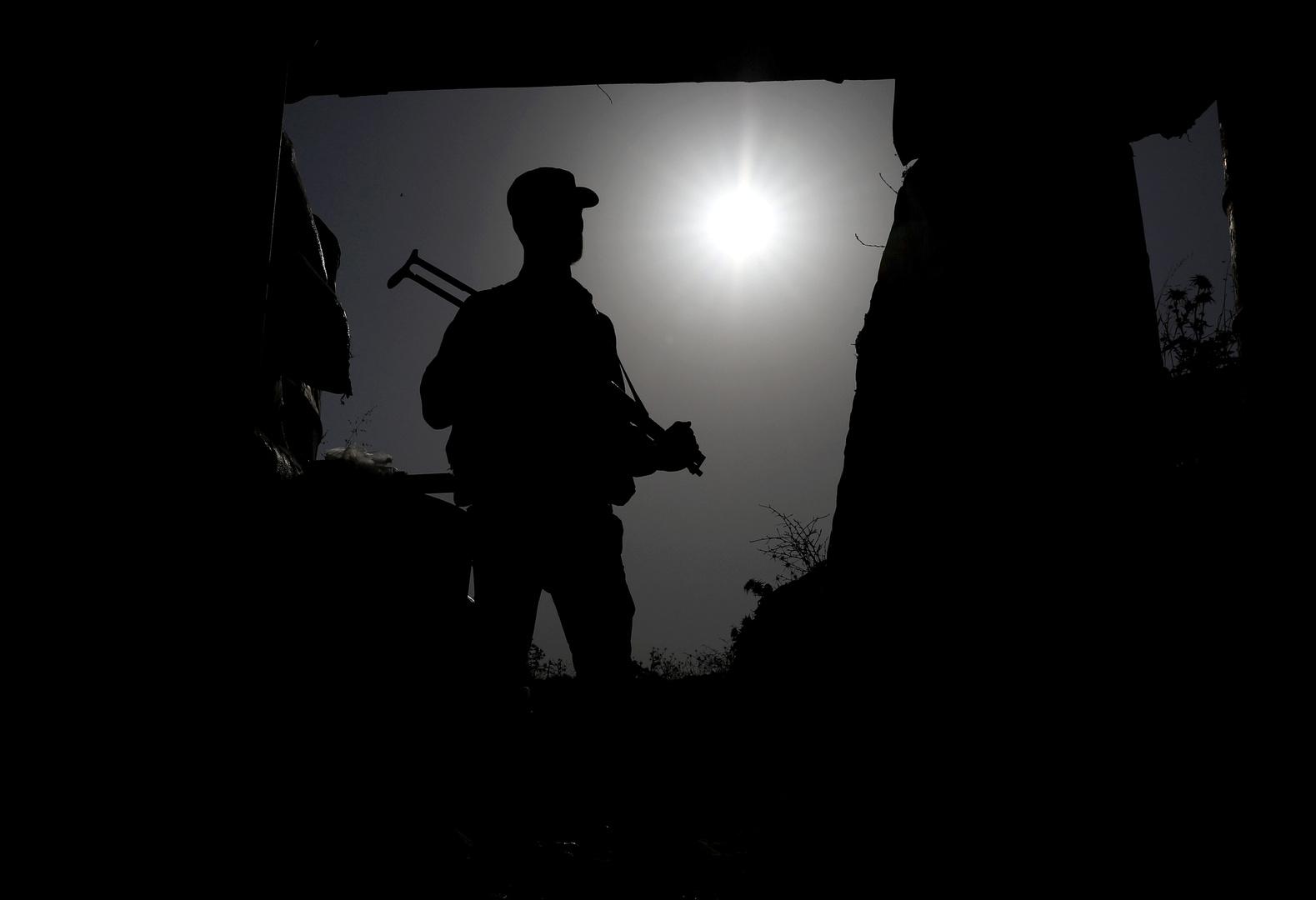 عنصر في فصيل سوري مسلح بمدينة درعا.