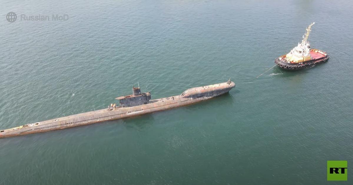 نقل غواصة عملاقة تاريخية إلى حوض بناء السفن لإصلاحها