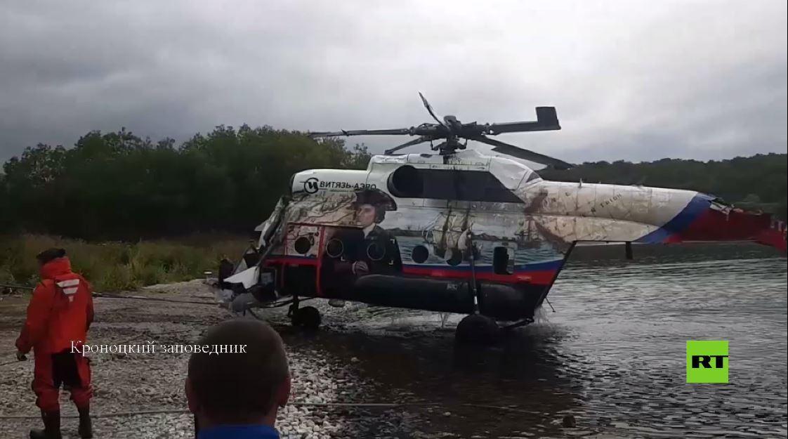 بالفيديو.. استخراج مروحية مي-8 المنكوبة من بحيرة في كامتشاتكا