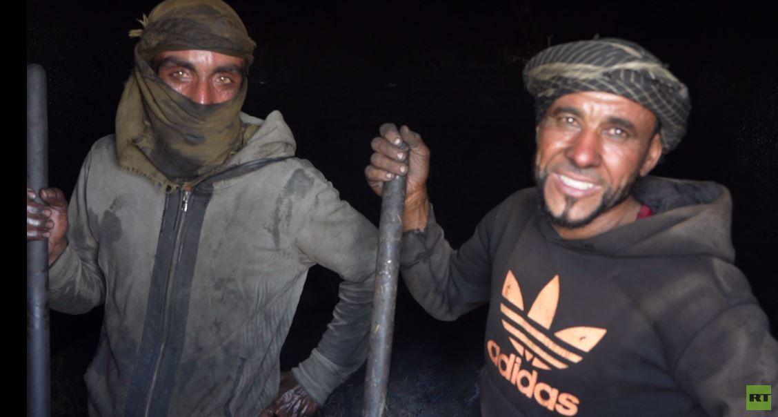 بالفيديو.. شاب سوري يستمتع بعمله بتنظيف خزان لحرق وتصفية النفط ويغني في الوقت عينه