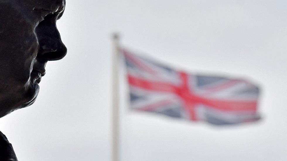 تمثال ونستون تشرشل أمام العلم البريطاني