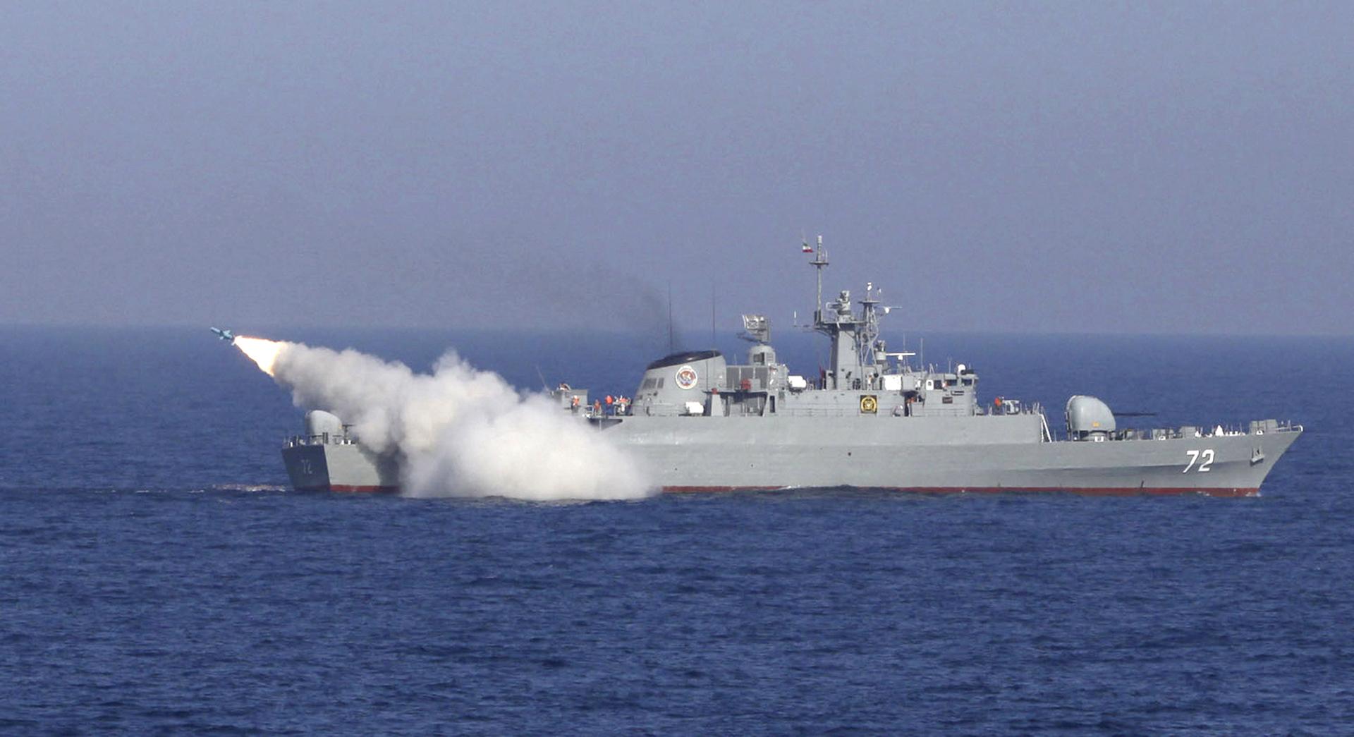 زورق حربي تابع للبحرية الإيرانية