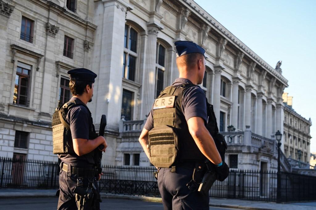 الاجراءات الأمنية أمام المحكمة في باريس