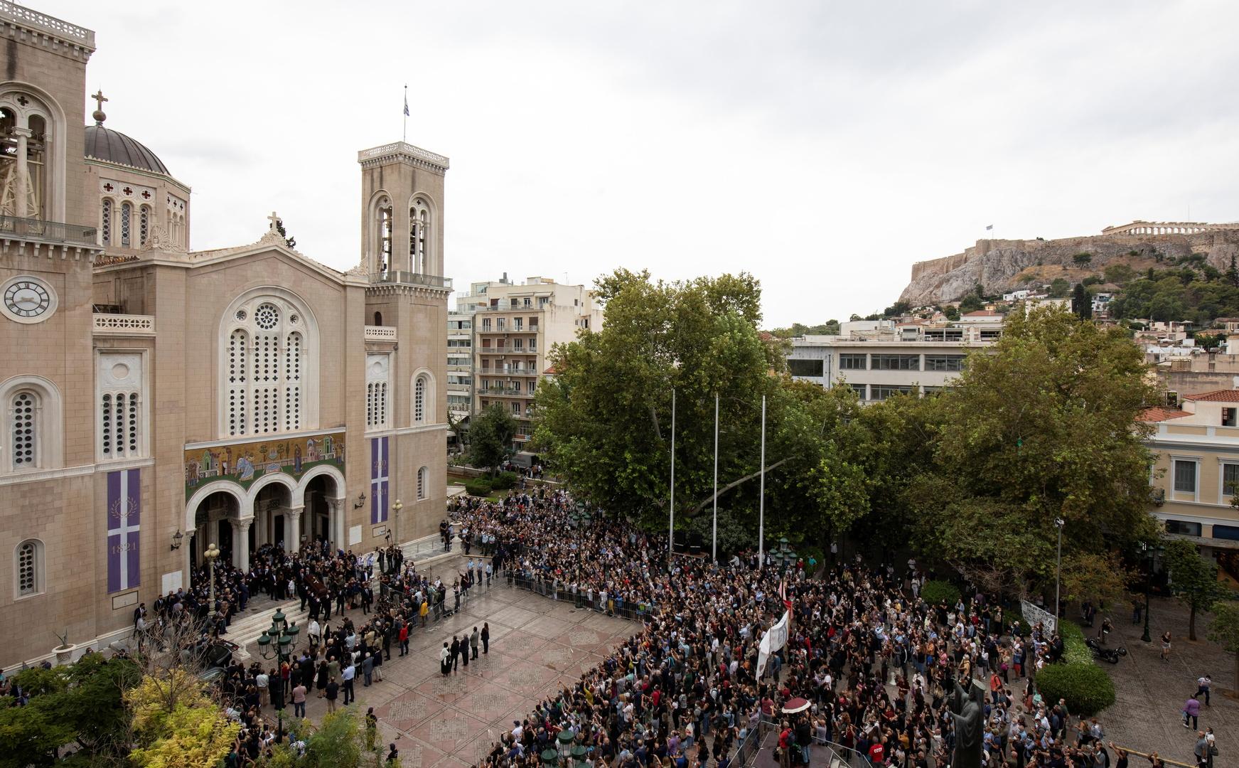 الآلاف يشاركون في مراسم تأبين الموسيقي اليوناني الشهير ثيودوراكيس (صور+فيديو)
