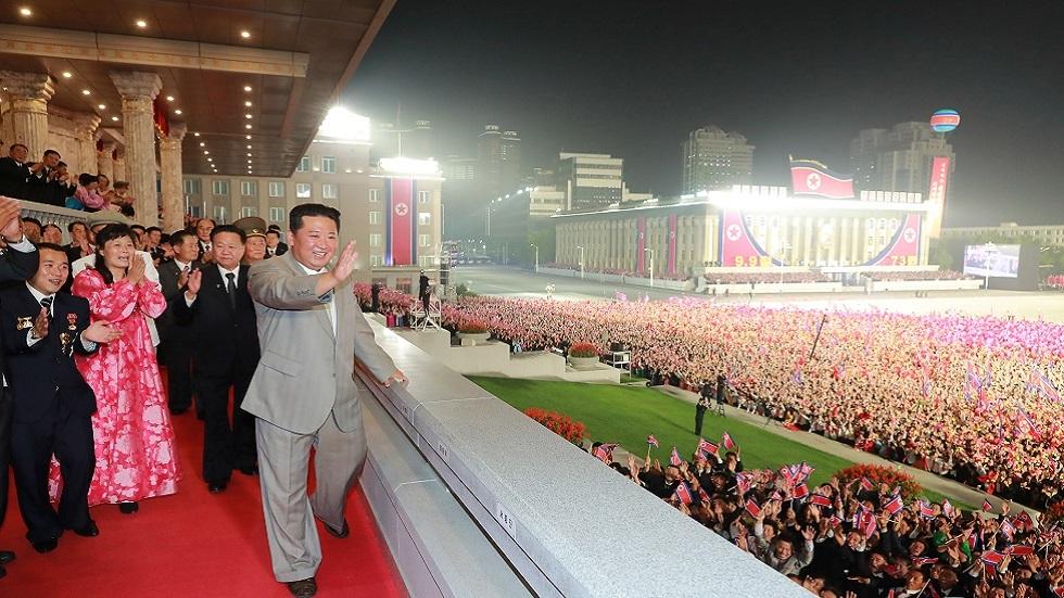 الزعيم لم يلق خطابا.. كيم جونغ أون يحضر الاستعراض العسكري بمناسبة يوم تأسيس الدولة