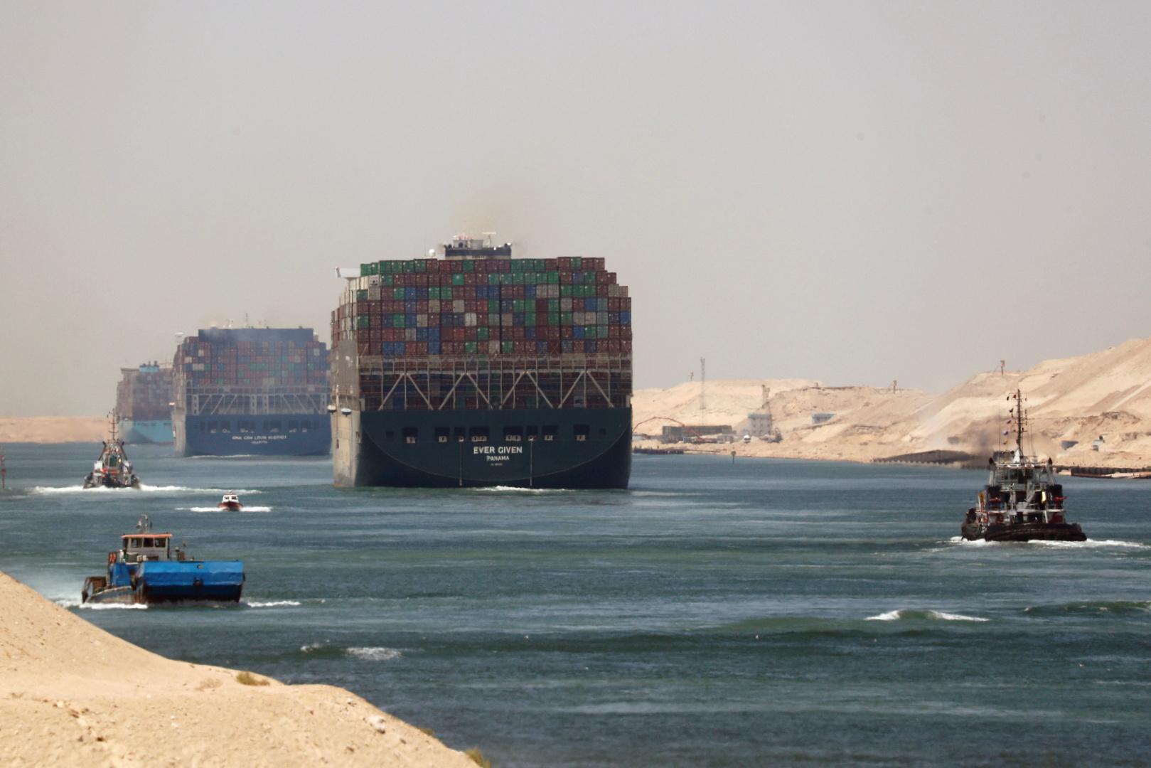 الأسطول المصري يسارع لتعويم سفينة جنحت في قناة السويس (صورة)