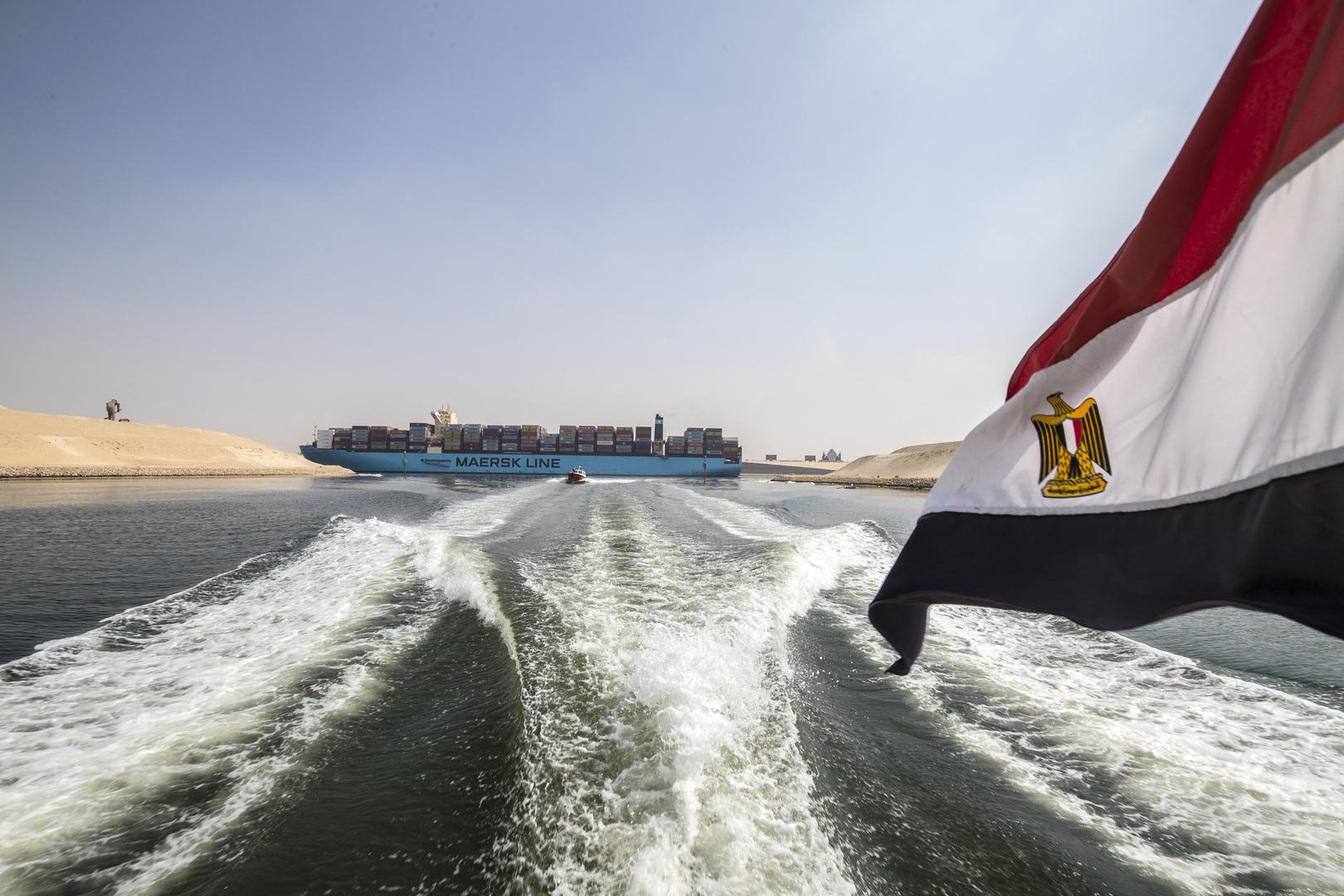 قناة السويس تصدر بيانا بعد جنوح سفينة