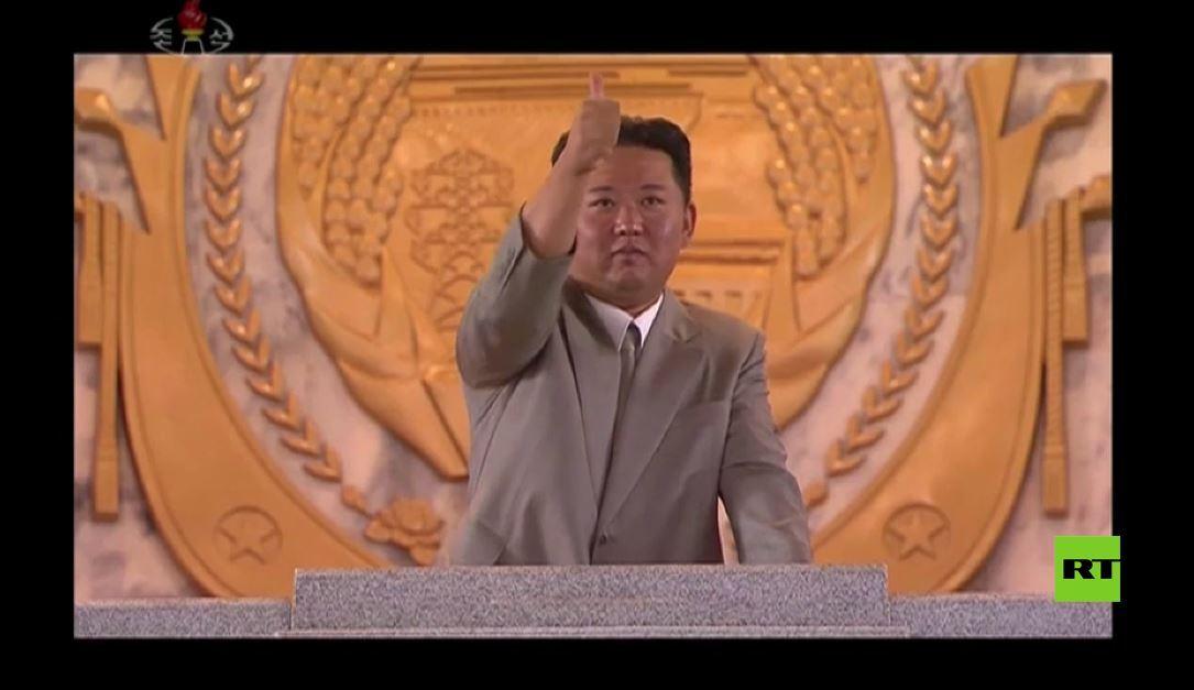 شاهد.. انفعال وردود فعل الزعيم كيم جونغ أون أثناء حضوره ومشاهدته العرض العسكري بمناسبة تأسيس الدولة