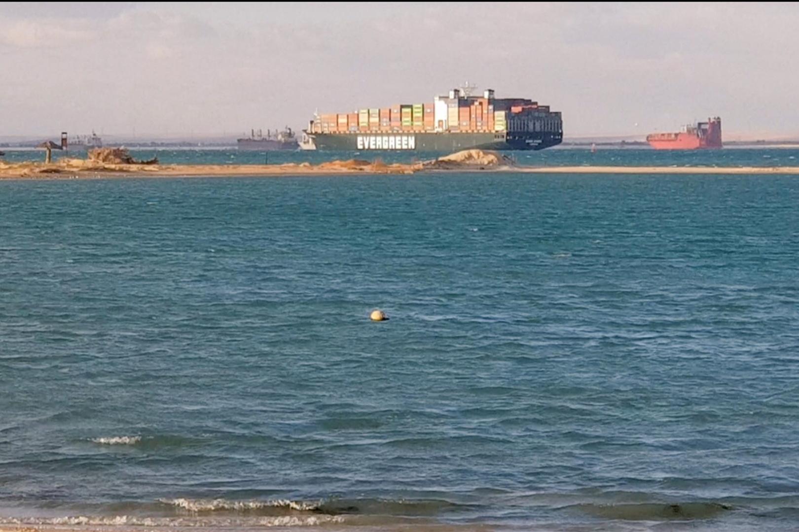 شاهد أول صورة للسفينة الجانحة في قناة السويس قبل تعويمها