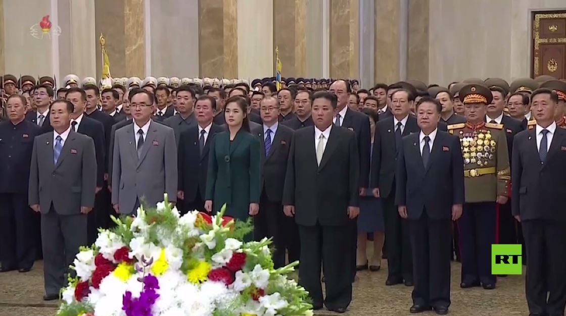 زوجة كيم جونغ أون ترافقه في زيارة ضريحي كيم إيل-سونغ و كيم جونغ-إيل