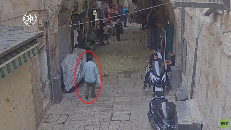 القدس.. توثيق محاولة الطعن عند باب المجلس وإطلاق النار على طبيب فلسطيني (فيديو)