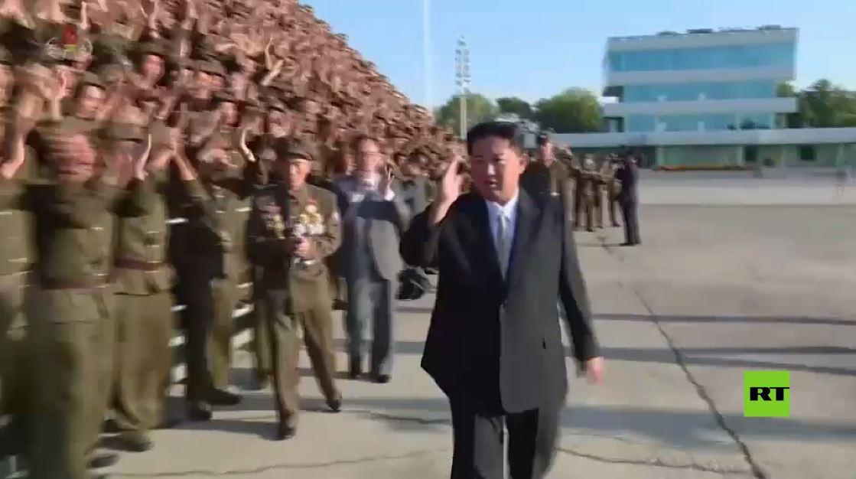 شاهد.. آلاف الجنود يرحبون بالزعيم كيم جونغ أون أثناء احتفال بذكرى تأسيس الدولة في بيونغ يانغ
