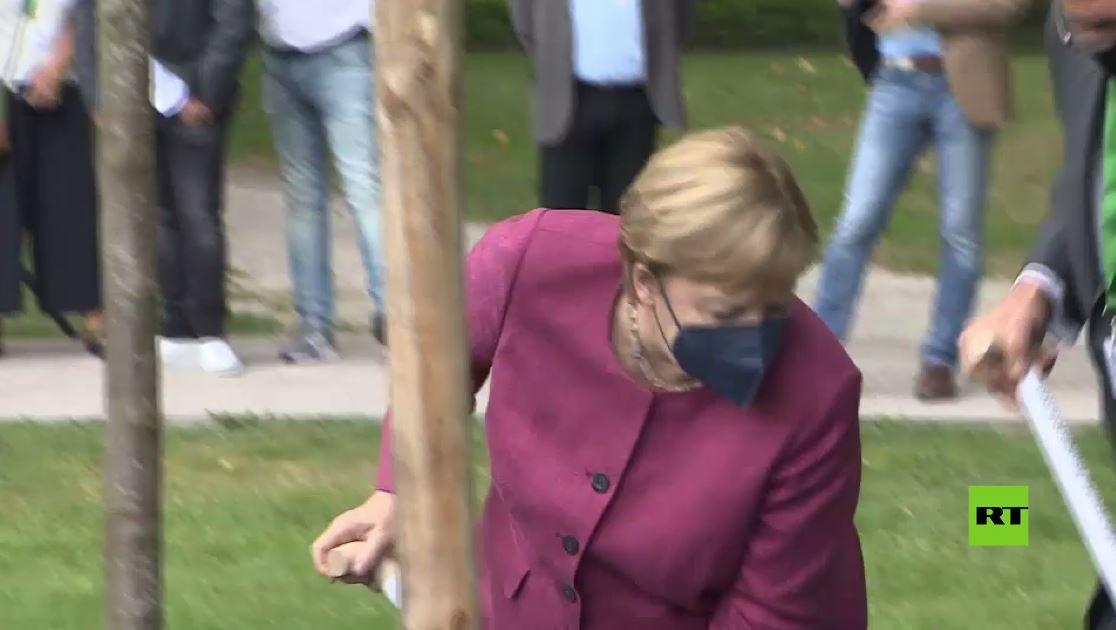 بالفيديو.. ميركل تغرس شجرة وتضع حجر الأساس لمركز رعاية في مسقط رأسها