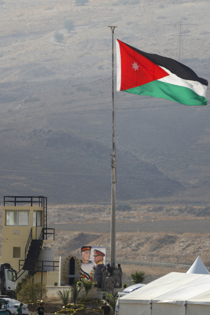 الأردن.. مياه <a href='/tags/178293-%D8%AD%D9%85%D8%B1%D8%A7%D8%A1'>حمراء</a> <a href='/tags/169121-%D8%A7%D9%84%D9%84%D9%88%D9%86'>اللون</a> في <a href='/tags/172936-%D9%85%D9%86%D8%B7%D9%82%D8%A9'>منطقة</a> <a href='/tags/4950-%D8%A7%D9%84%D8%A8%D8%AD%D8%B1-%D8%A7%D9%84%D9%85%D9%8A%D8%AA'>البحر الميت</a> تثير <a href='/tags/174372-%D8%A7%D9%84%D8%AC%D8%AF%D9%84'>الجدل</a> ووزارة <a href='/tags/168881-%D8%A7%D9%84%D9%85%D9%8A%D8%A7%D9%87'>المياه</a> <a href='/tags/182581-%D8%AA%D8%B9%D9%84%D9%82'>تعلق</a> (<a href='/tags/168752-%D9%81%D9%8A%D8%AF%D9%8A%D9%88'>فيديو</a> + <a href='/tags/168771-%D8%B5%D9%88%D8%B1'>صور</a>)