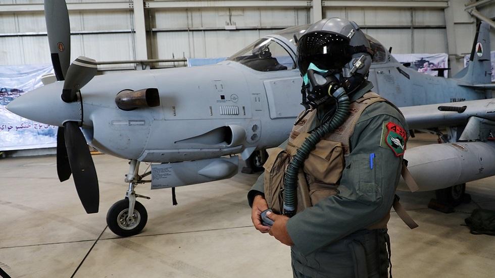 طيار أفغاني يقف قرب طائرة A-29 Super Tucano في مطار كابل (صورة أرشيفية)