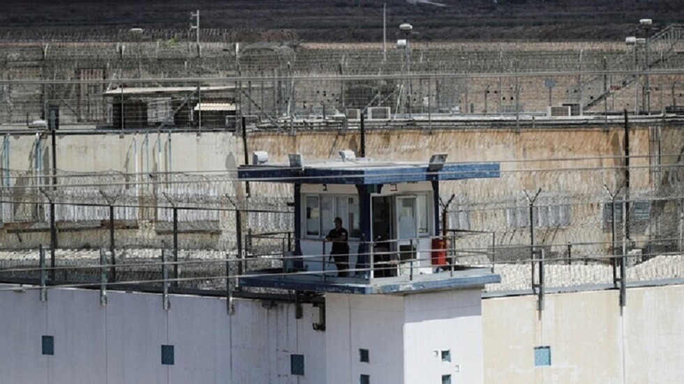 بالفيديو.. أسير فلسطيني يرشق سجانه الإسرائيلي في سجن