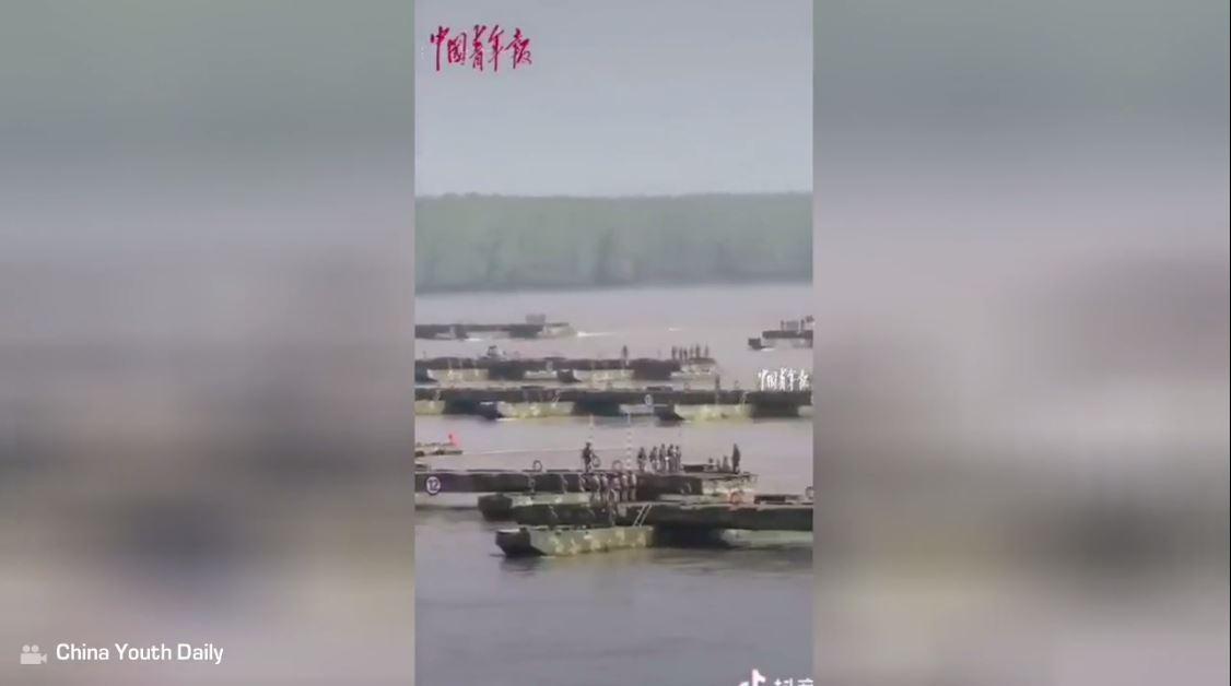بالفيديو.. الجيش الصيني يمد جسرا عائما بطول ألف متر