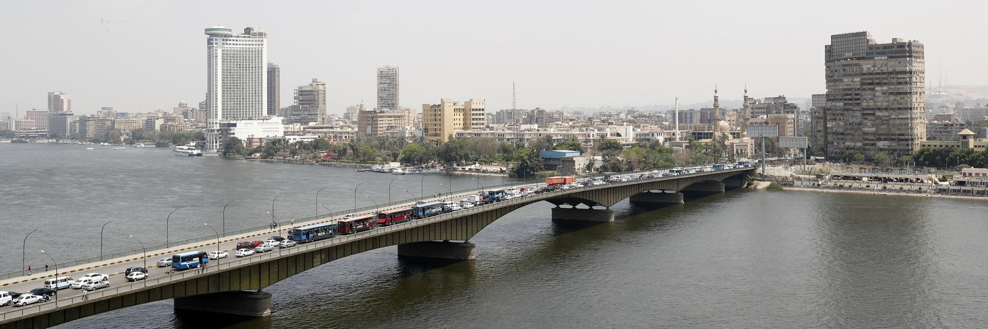 مصر.. امرأة تعيش بجوار قبر زوجها منذ وفاته: