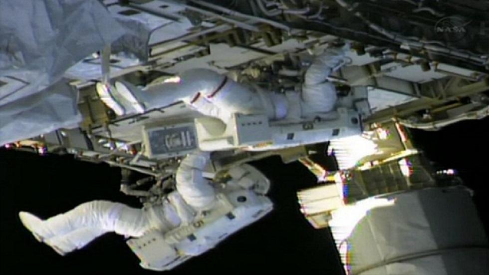 رائدا فضاء يقضيان سبع ساعات خارج المحطة الدولية.