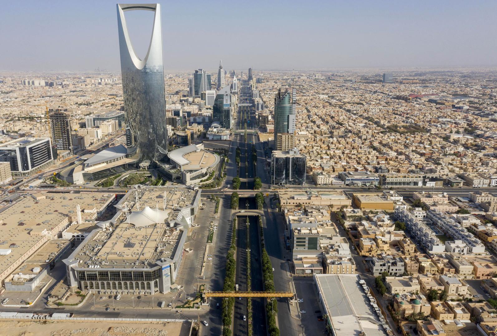 مصرع شاب سعودي طار من سيارته إثر انقلابها على طريق جدة مكة (فيديو)