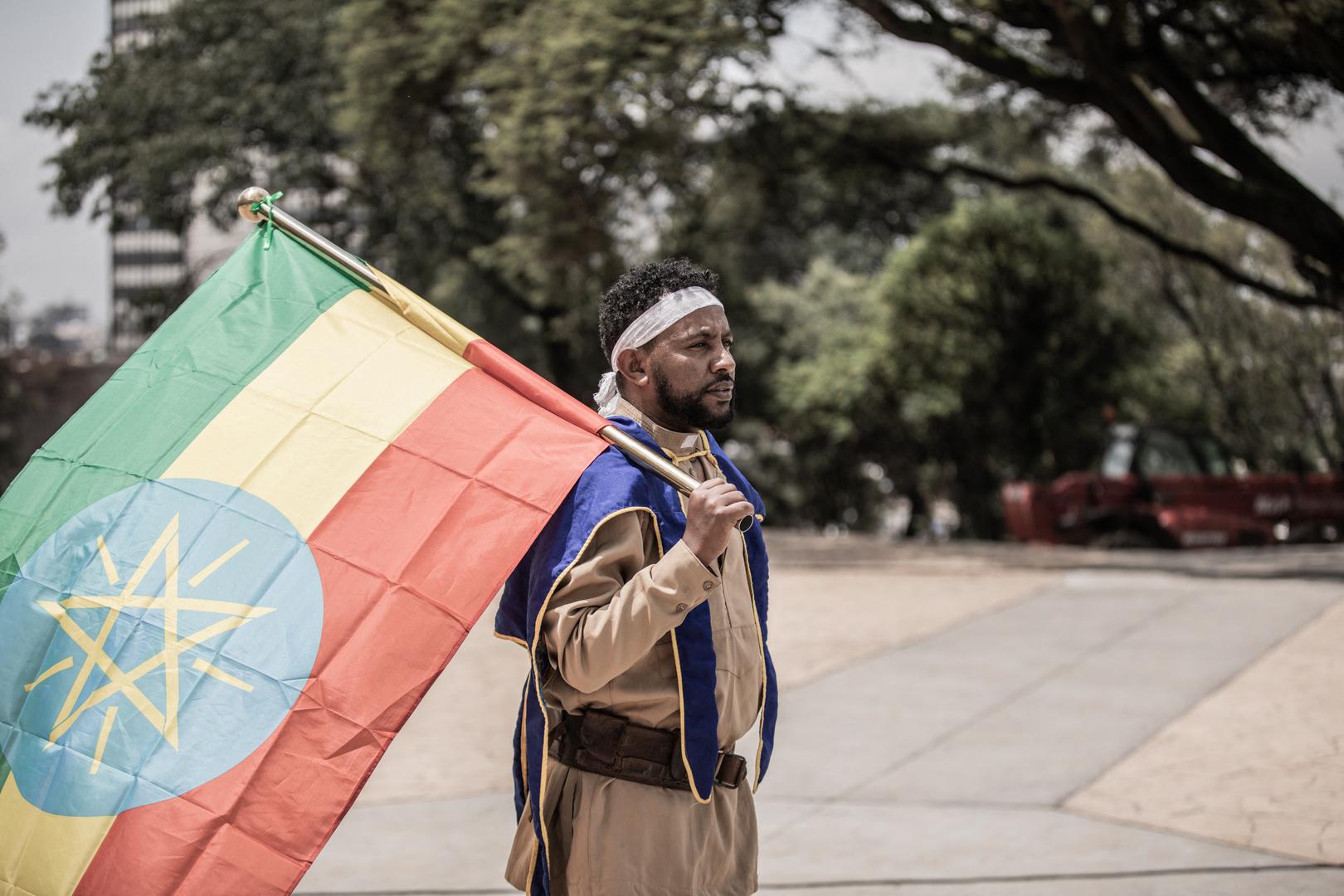 مواطن يحمل العلم الإثيوبي