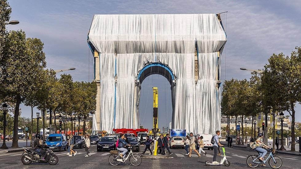 I videoen .. Triumfbuen i Paris er indkapslet for at opfylde drømmen om en sen kunstner
