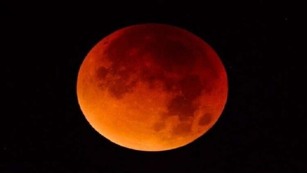 لماذا يتجمّل القمر باللون الأحمر أحيانا؟