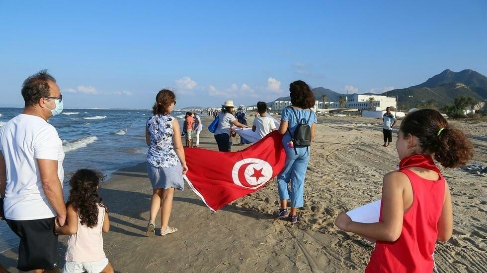 تونسيون يشكلون سلسلة بشرية ضخمة تنديدا بالتلوث البحري جنوب العاصمة