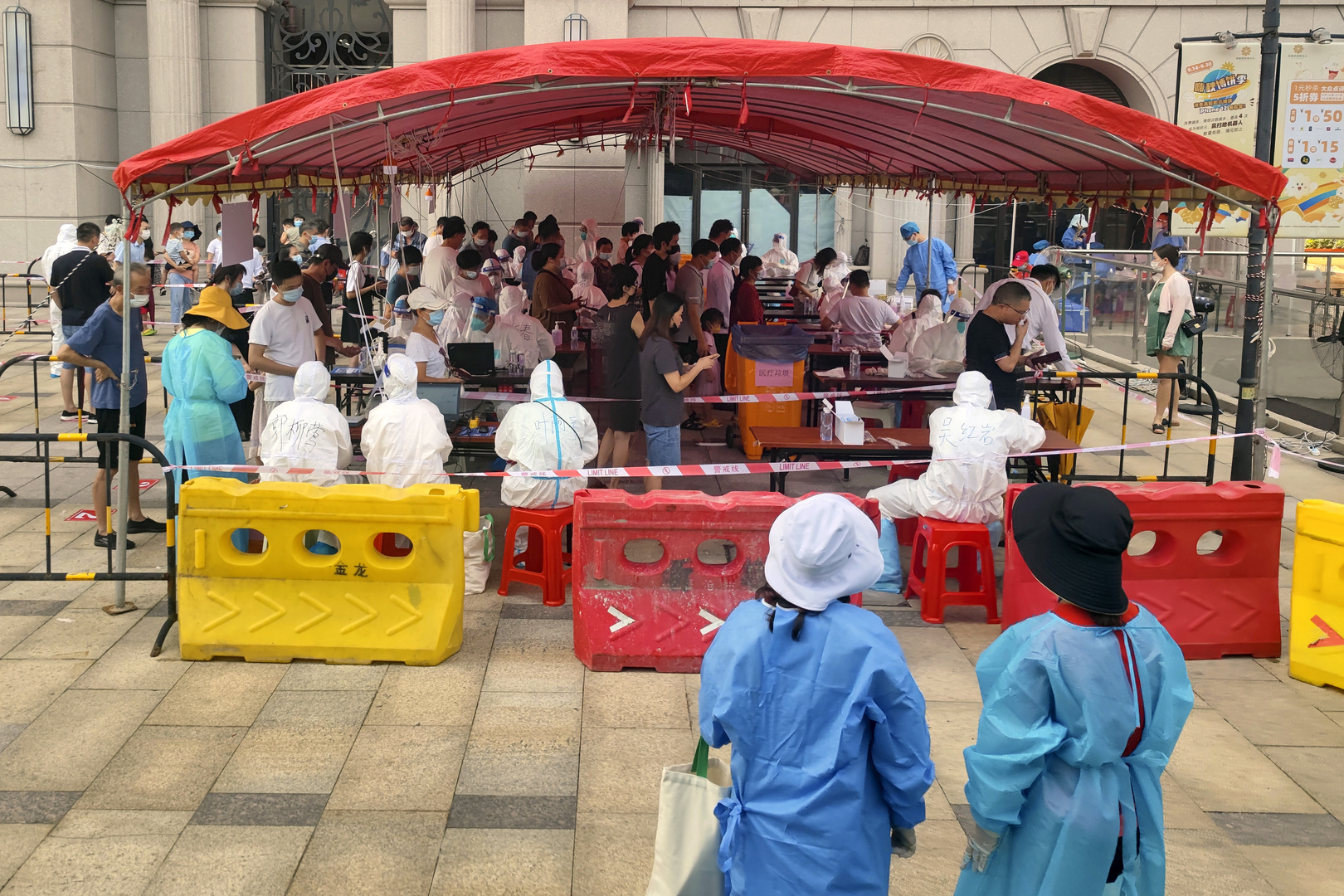 الصين تفرض عمليات إغلاق محلية مع تصاعد الإصابات بكورونا