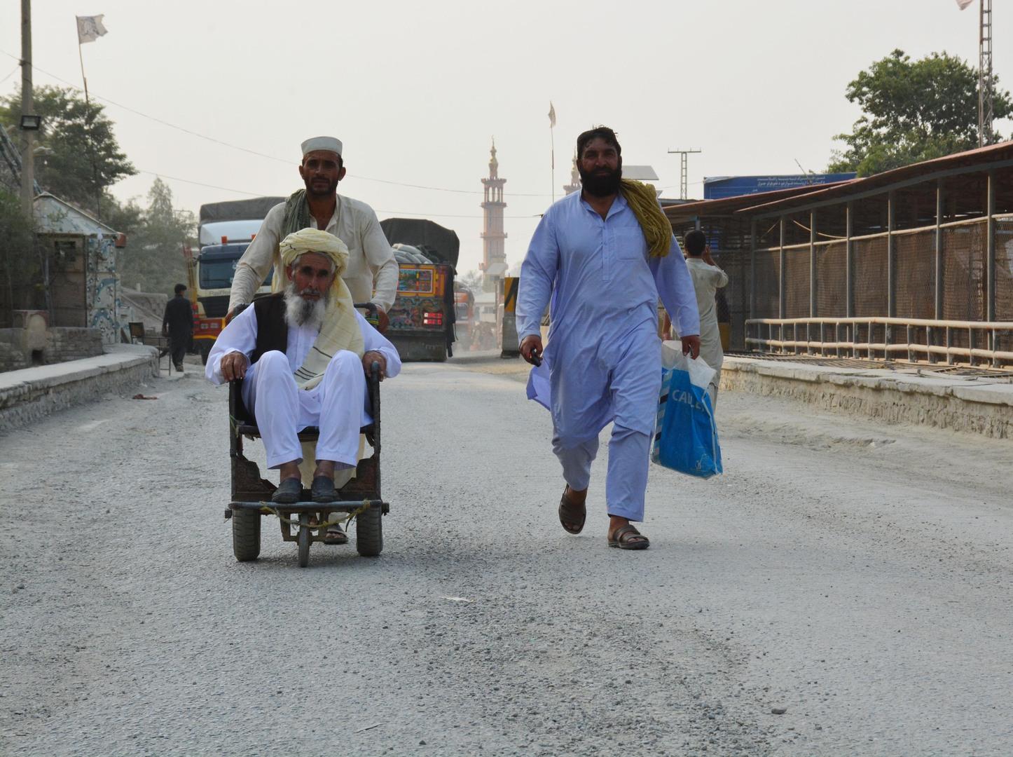 لاجؤون أفغان يتوجهون إلى الحدود الباكستانية