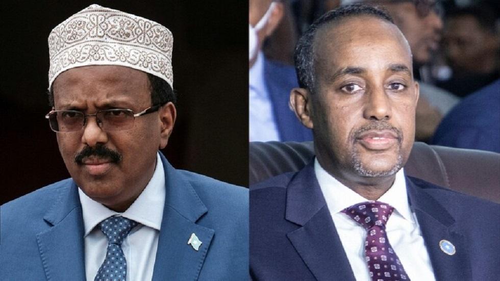 الرئيس الصومالي محمد عبد الله محمد (على اليسار) ورئيس الوزراء محمد حسين روبلي