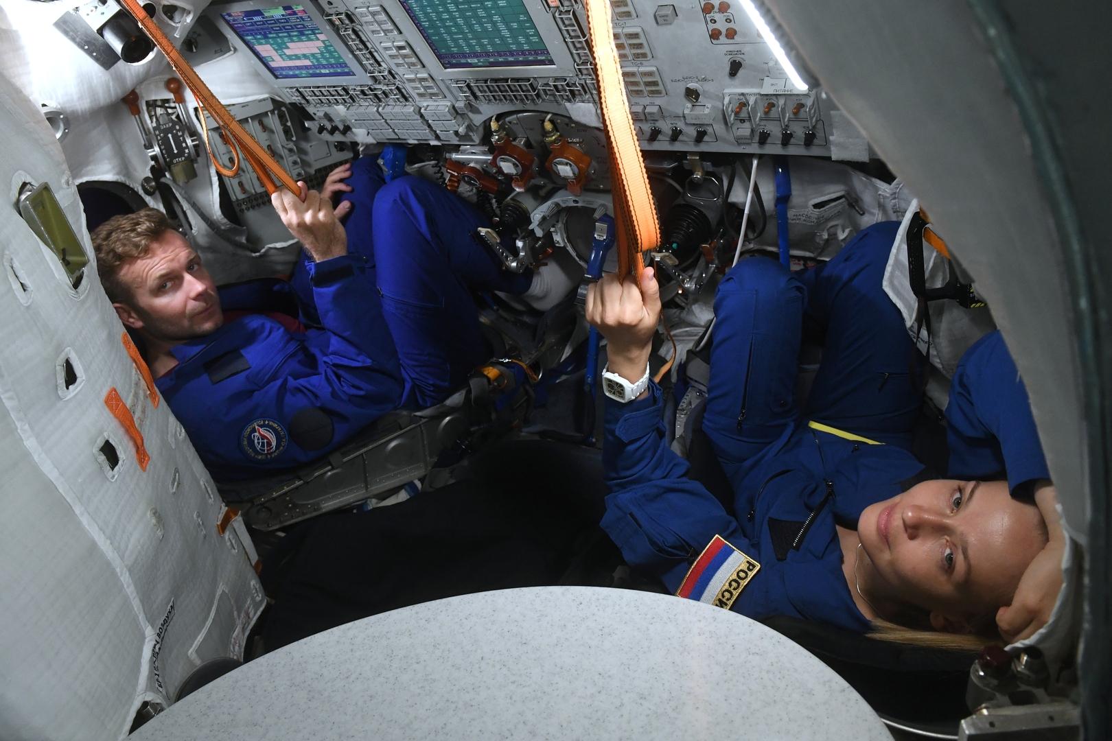 الممثلة يوليا بيريسيلد والمخرج كليم شيبينكو أثناء التحضيرات للرحلة إلى المحطة الفضائية الدولية