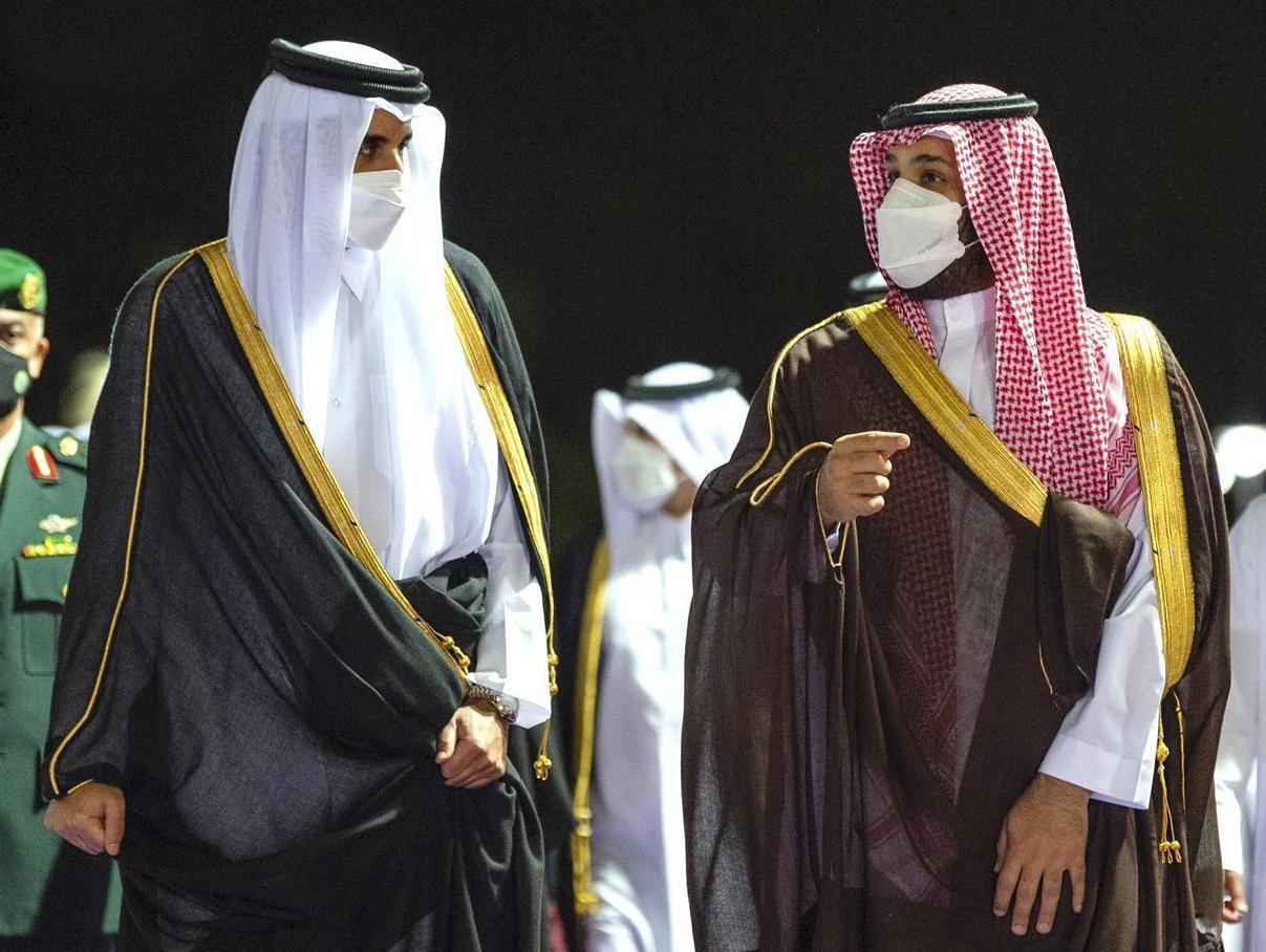 شاهد.. لقاء يجمع ولي عهد السعودية وأمير وقطر ومستشار الأمن القومي الإماراتي