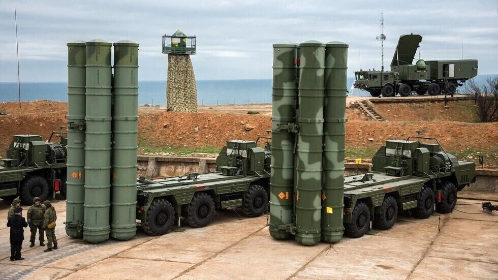"""منظومات صواريخ روسية من طراز """"إس-400""""."""