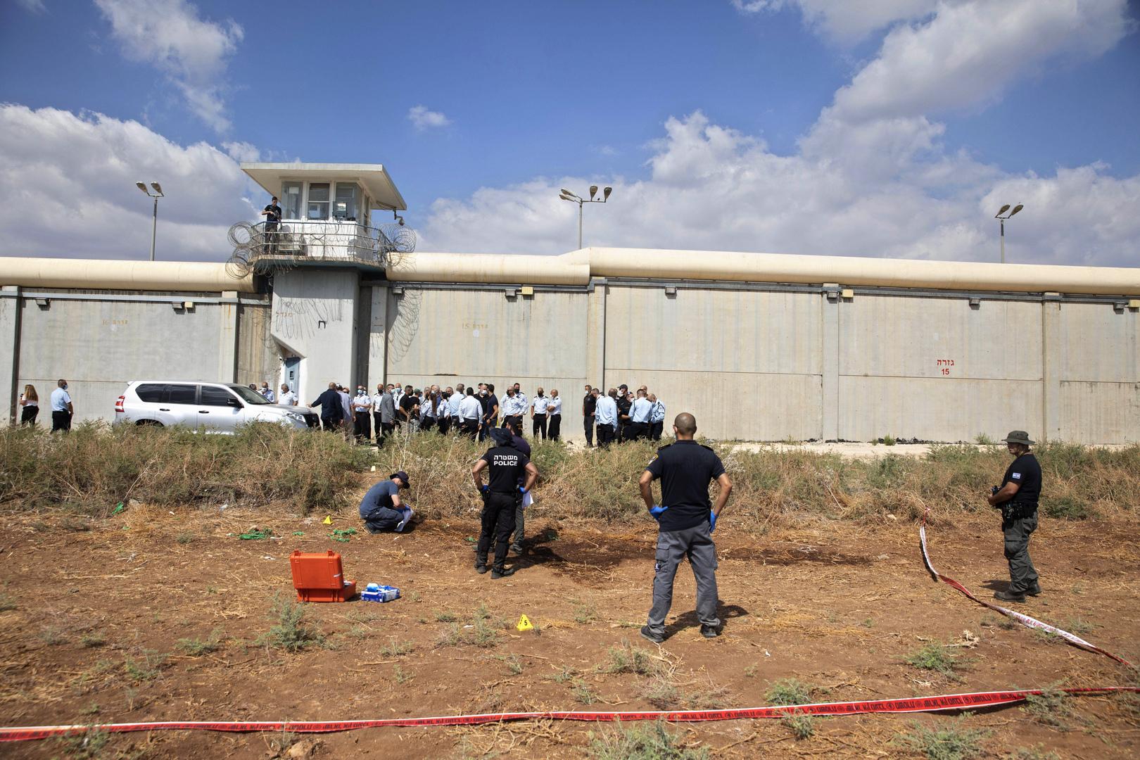 شاهد.. الصور الأولى لأدوات الحفر التي استخدمها الأسرى الفلسطينيون للهروب من سجن جلبوع (فيديو)