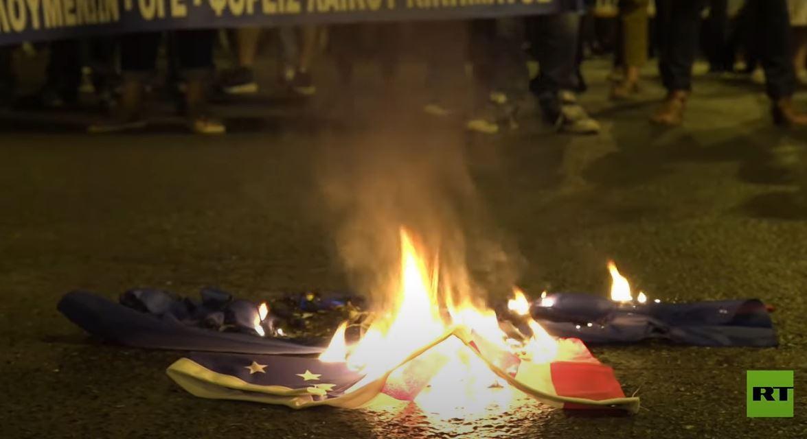 إحراق أعلام الناتو والولايات المتحدة قرب السفارة الأمريكية في أثينا