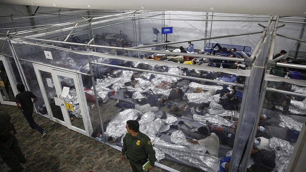 واشنطن تتعهد بتسريع وتيرة ترحيل مهاجرين غير شرعيين تحتجزهم تحت جسر في تكساس
