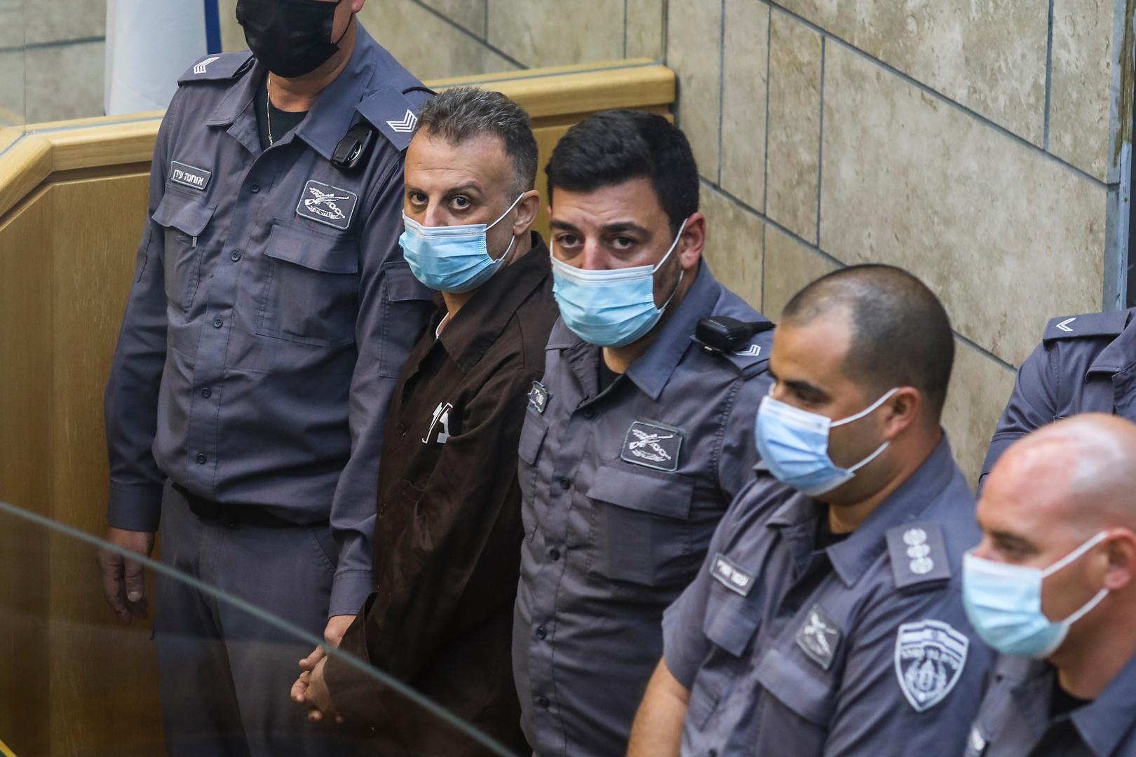 عناصر من الشرطة الإسرائيلية يحيطون بأحد أسرى سجن جلبوع