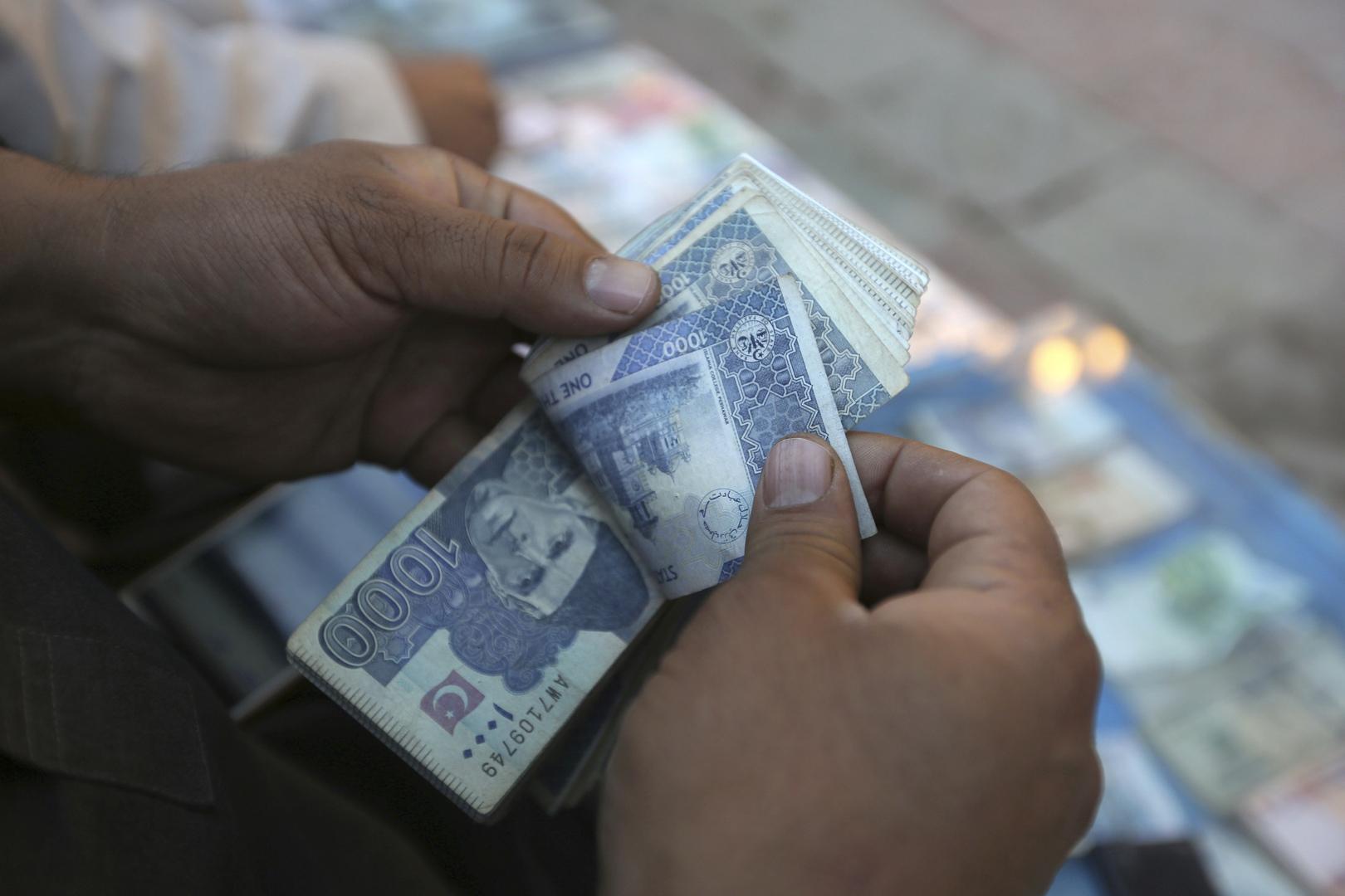 تدافع وطوابير لأيام.. فيديو يظهر معاناة المودعين أمام البنوك في أفغانستان
