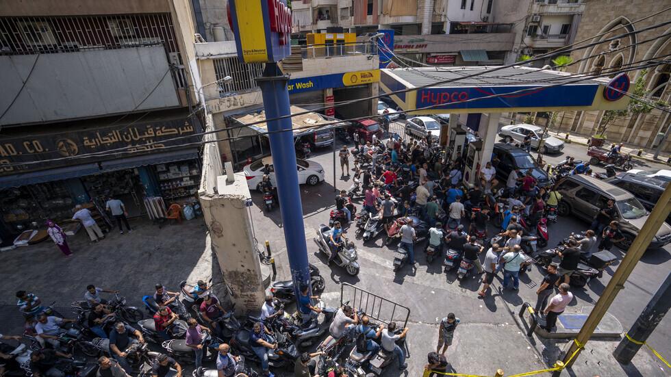 مواقع التواصل تنشر فيديو لرجل يتنكر بمظهر امراة للحصول على البنزين في محطة وقود في لبنان