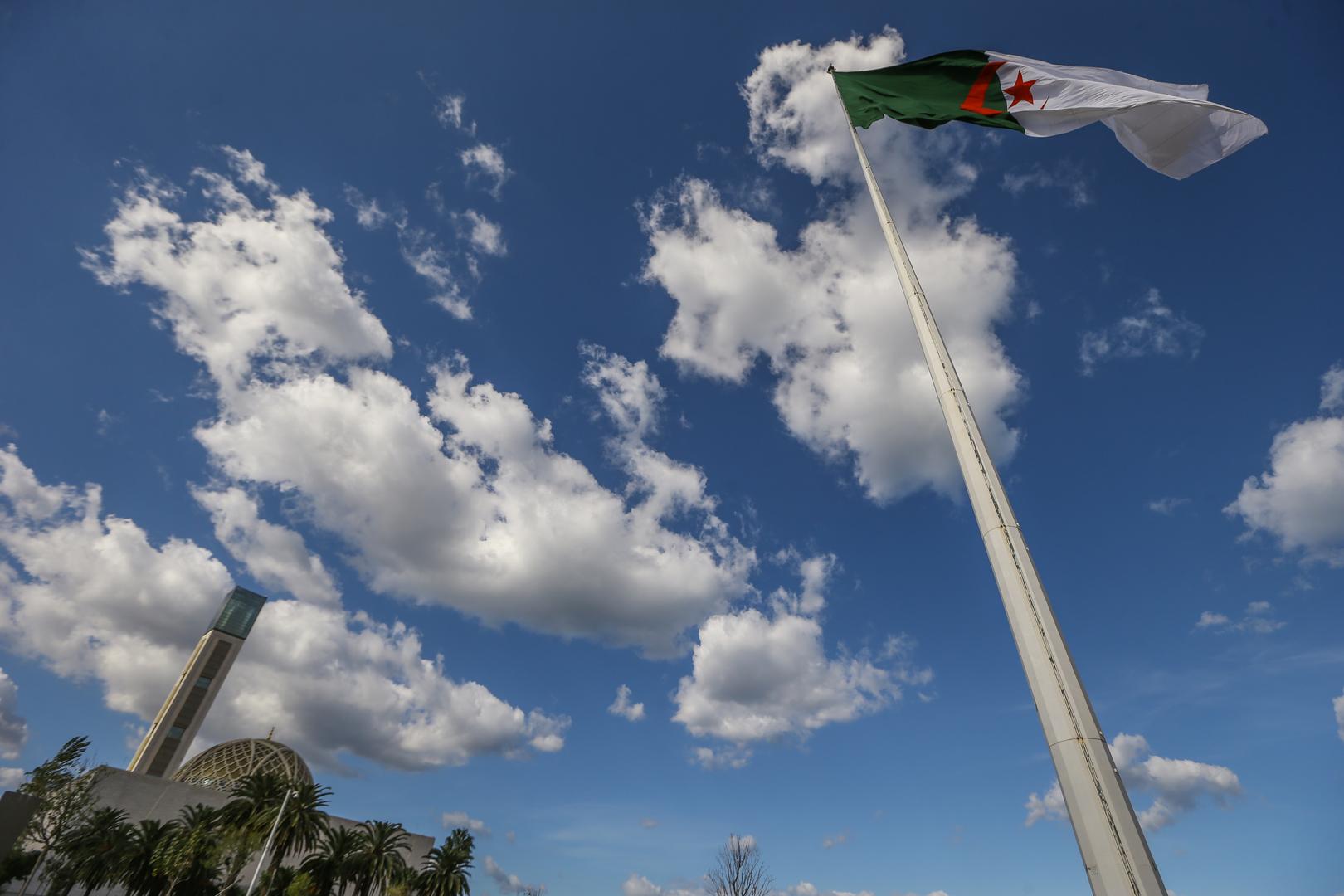 وزير جزائري يشجب حذف صحيفة