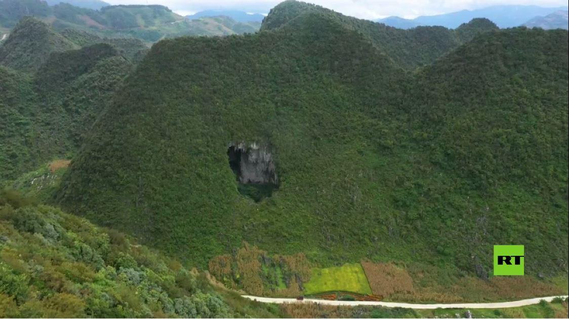 مشاهد لحفرة عملاقة في جبال صينية