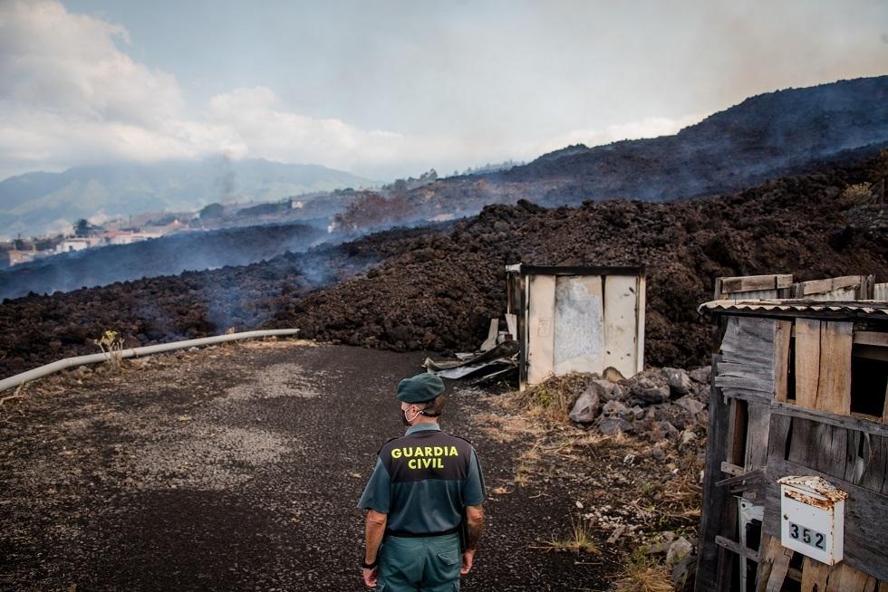 مسؤول إسباني يحذر من انبعاث غازات سامة بعد ثوران بركان لابالما