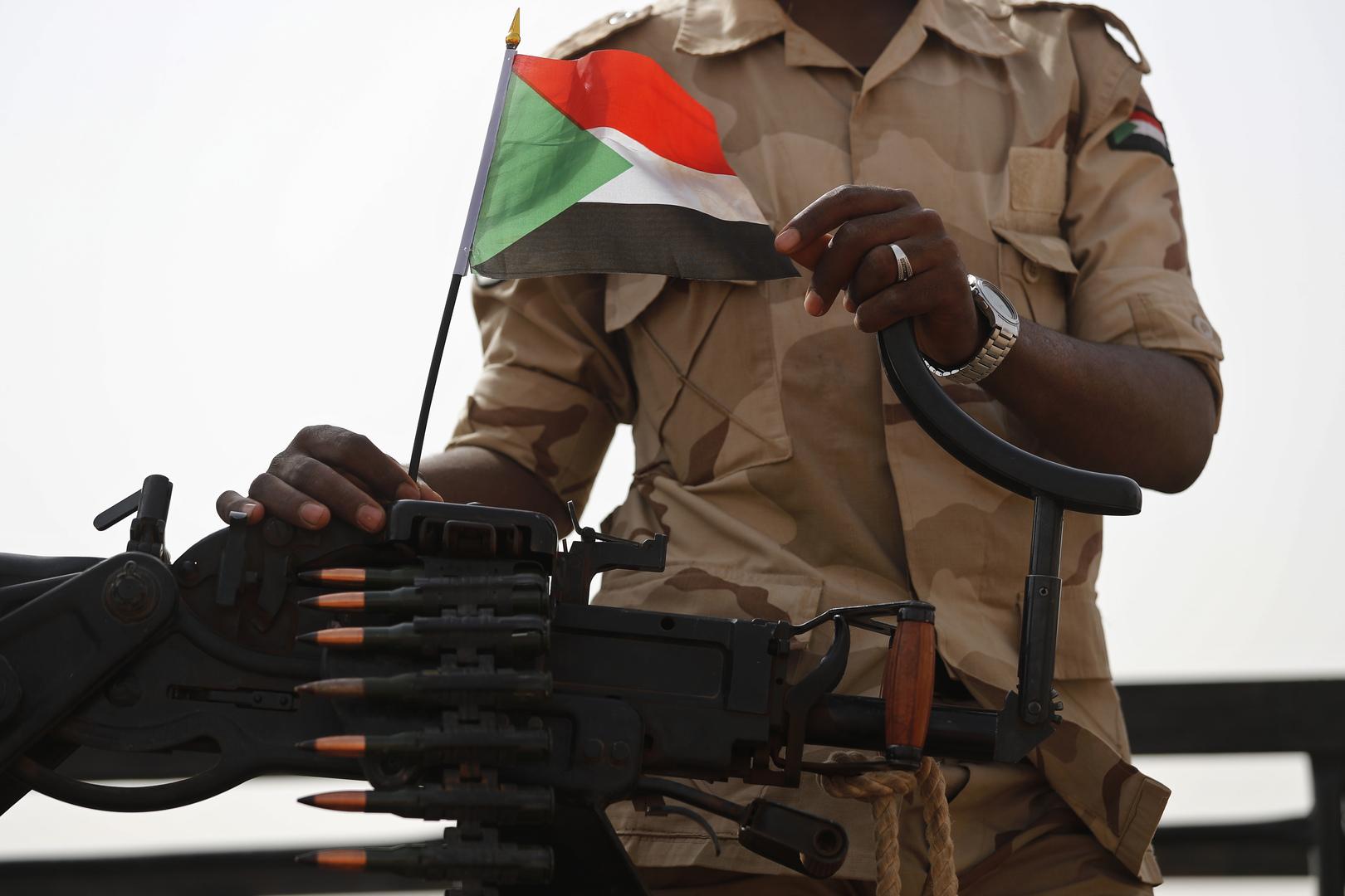 العلم السوداني فوق رشاش