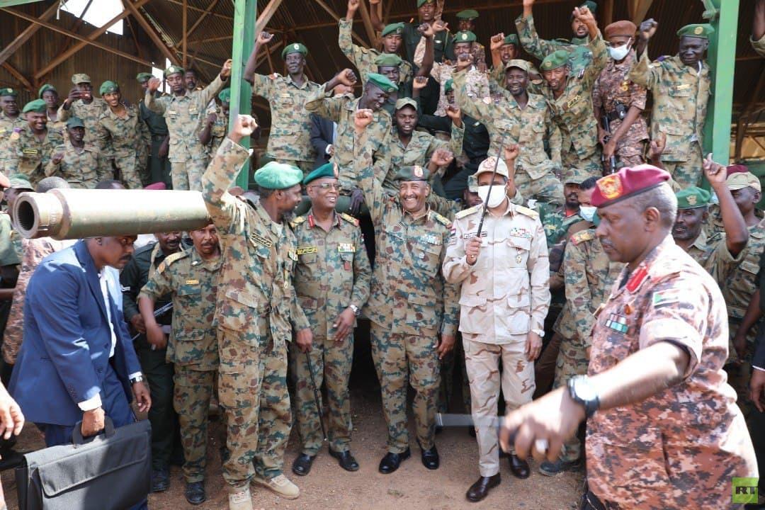 البرهان يزور سلاح المدرعات (صور)