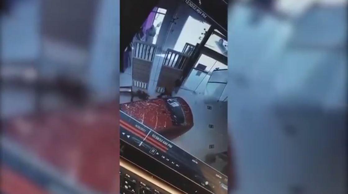 شاهد.. فتاة تقتحم مكتب اتصالات بسيارتها شمال الرياض