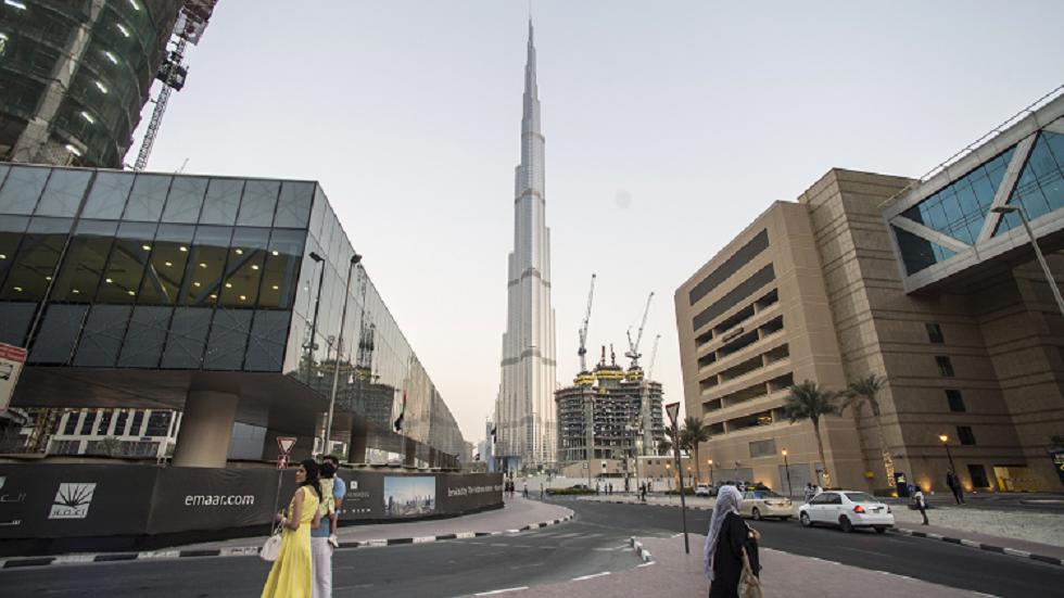 برج خليفة في دبي يتزيّن باللون الأخضر احتفاء باليوم الوطني السعودي