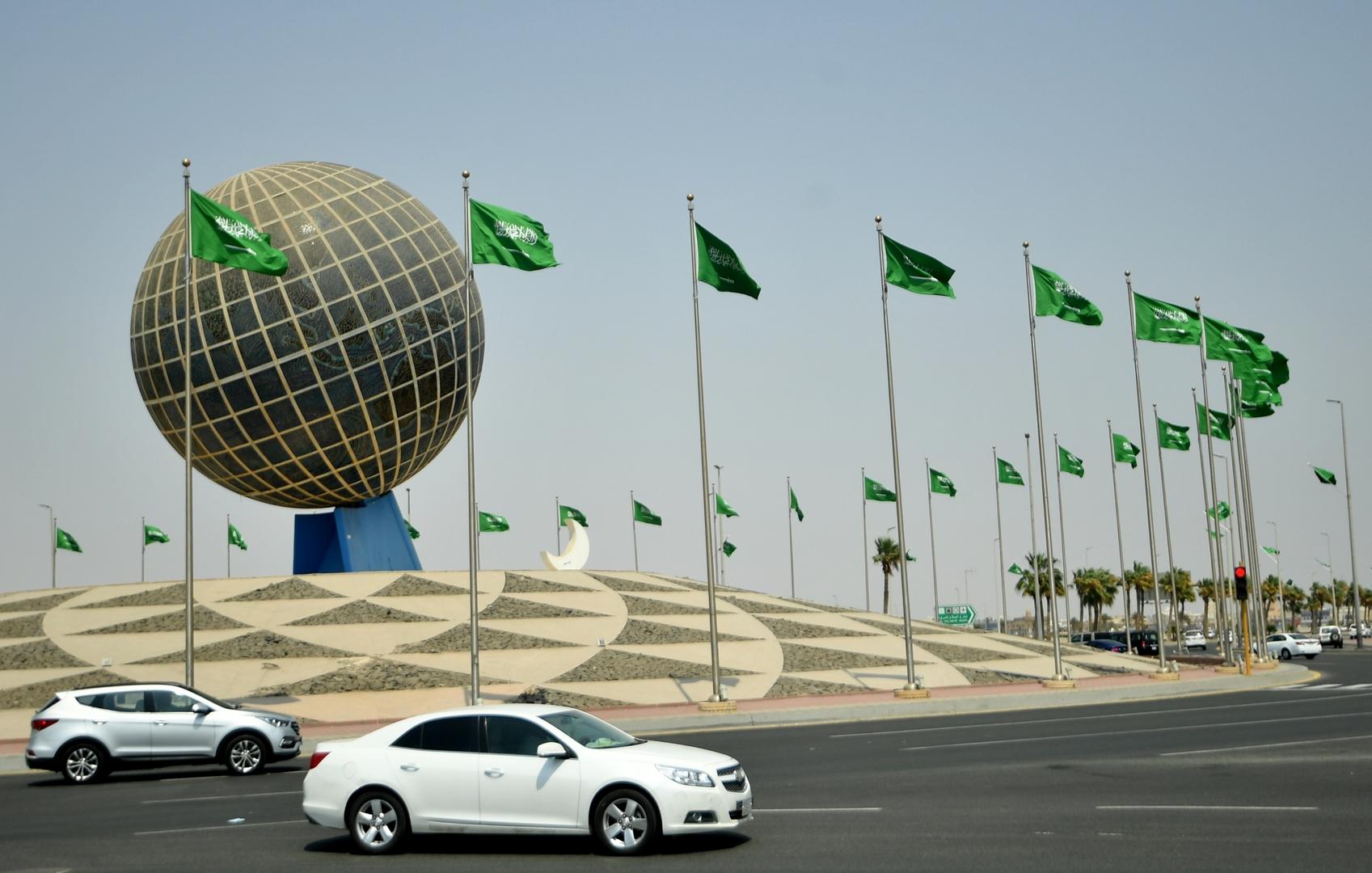 السعودية.. مقطع فيديو متداول لامرأة تقتحم بسيارتها مكتب اتصالات في الرياض