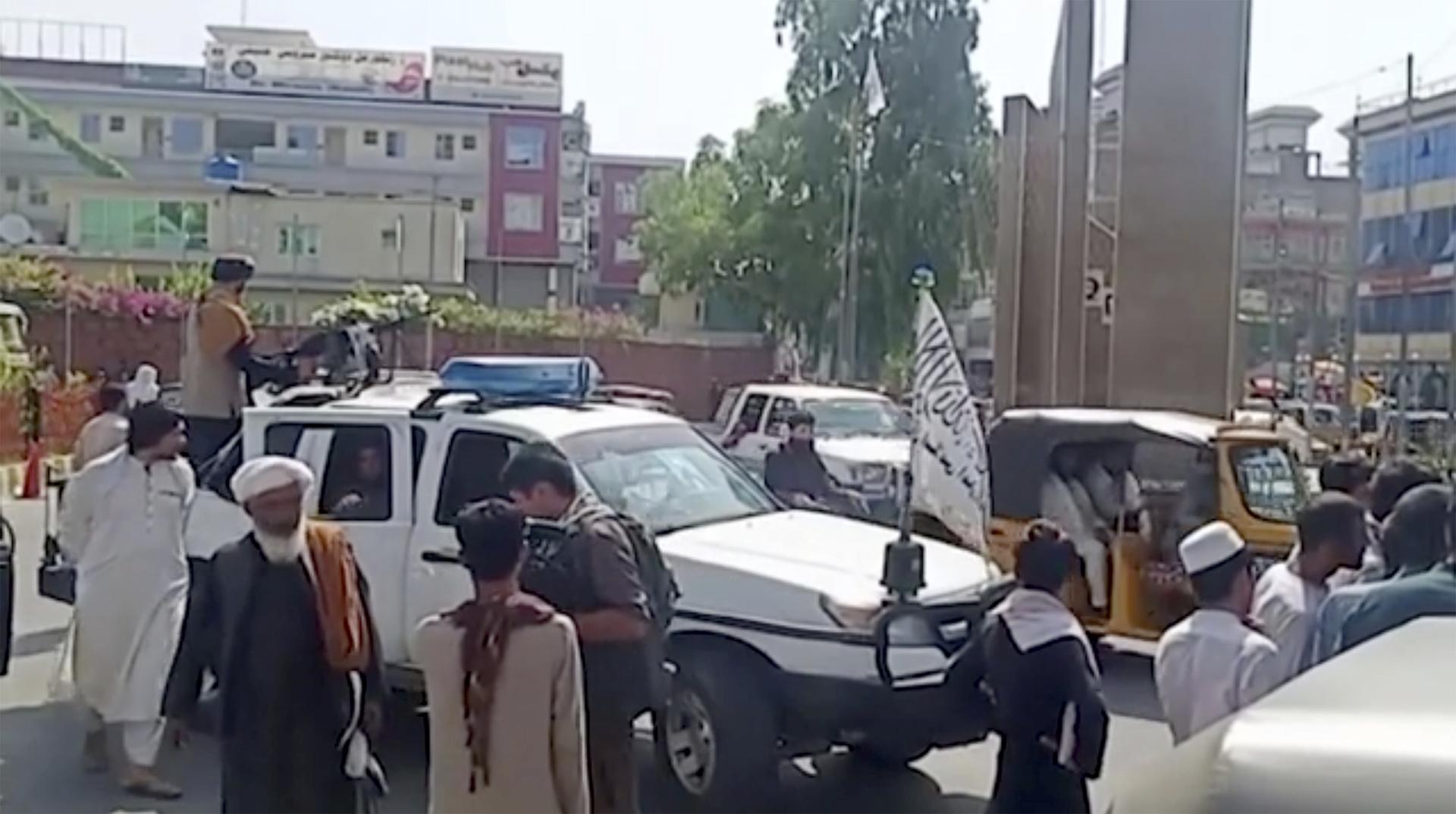 """مجموعة عناصر لحركة """"طالبان"""" في مدينة جلال آباد الأفغانية."""