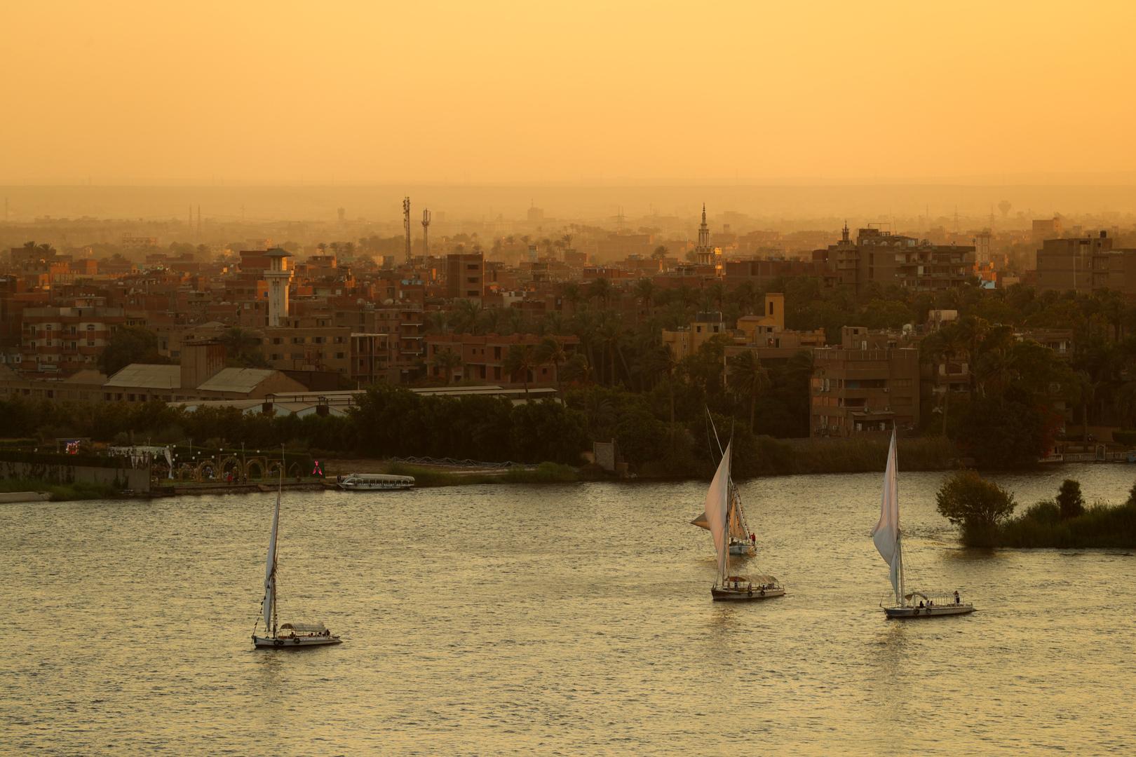 تعويم المركب المائل في نهر النيل في مصر بعد أسبوعين من الأزمة